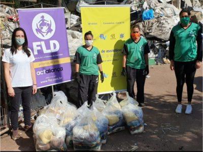 Catadoras e catadores de materiais recicláveis recebem cestas básicas com produtos da agricultura familiar